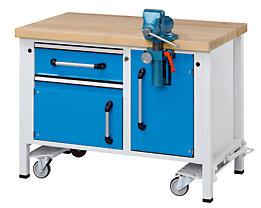 Flexible Werkbank mit Fahrwerk und Schraubstock für langlebigen Einsatz in rauer Industrieumgebung.
