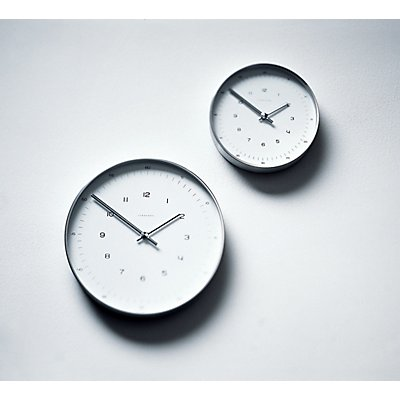 Max Bill Wanduhr mit Zahlen - Quarzuhr im Aluminiumgehäuse